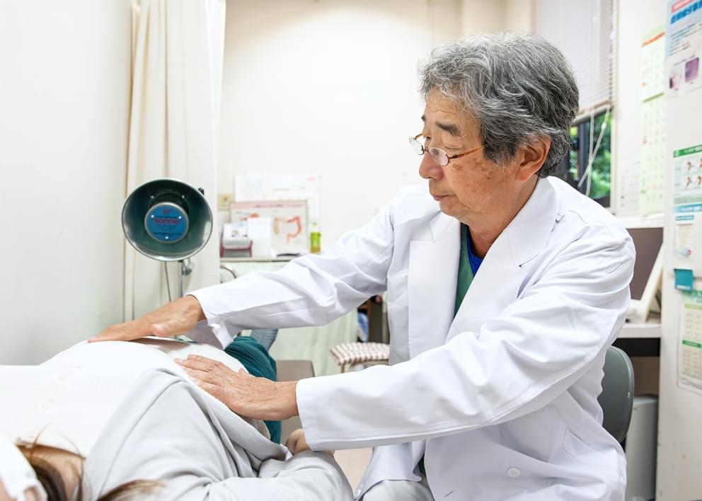 治療を行う医師